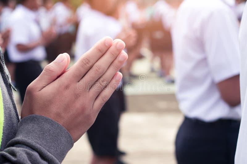 Hand von Studenten zahlen Respekt zum Buddha lizenzfreie stockfotos