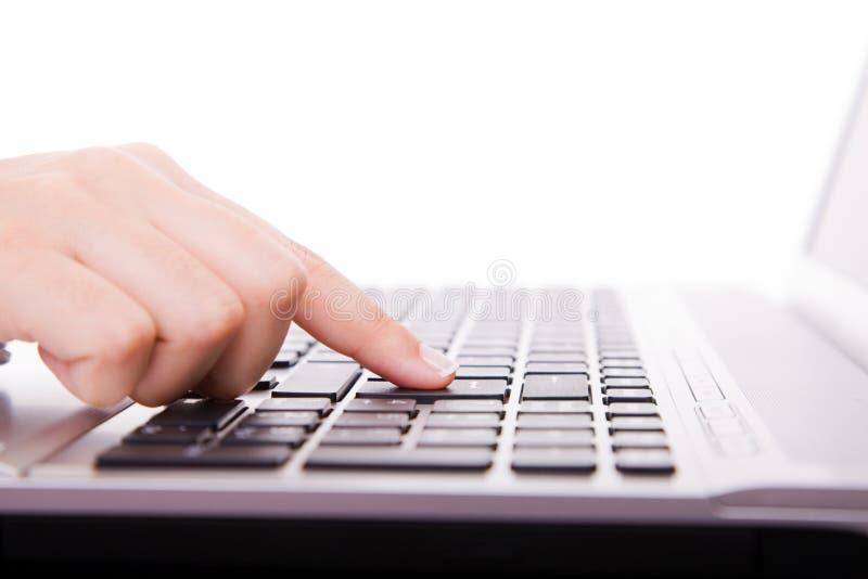 Hand wat betreft computersleutels tijdens het werk royalty-vrije stock afbeelding