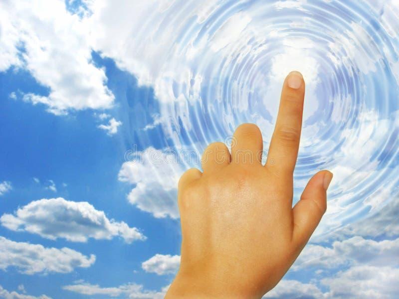 Hand wat betreft de hemel stock foto