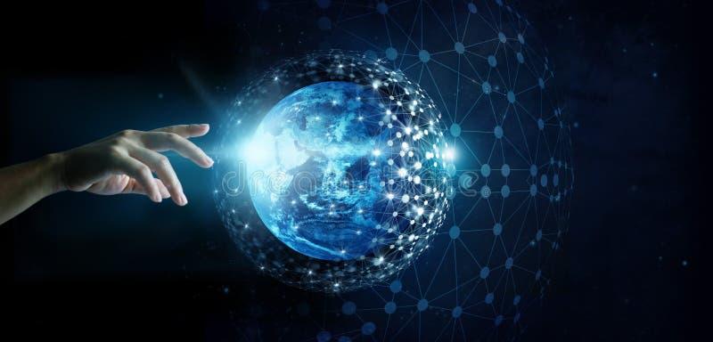 Hand wat betreft globale netwerkverbinding en gegevensuitwisseling stock foto's