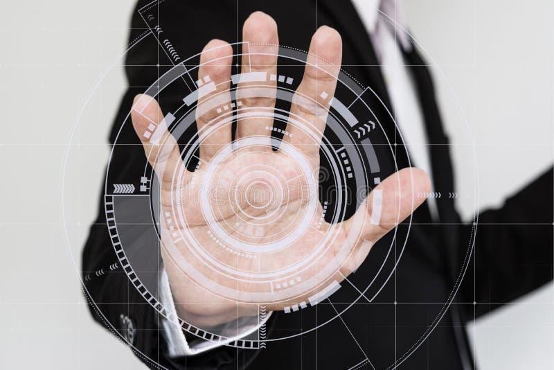 Hand wat betreft het futuristische interfacescherm stock fotografie