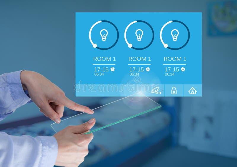 Hand wat betreft van het het Glasscherm en Huis de lichtenapp van het automatiseringssysteem Interface stock afbeelding