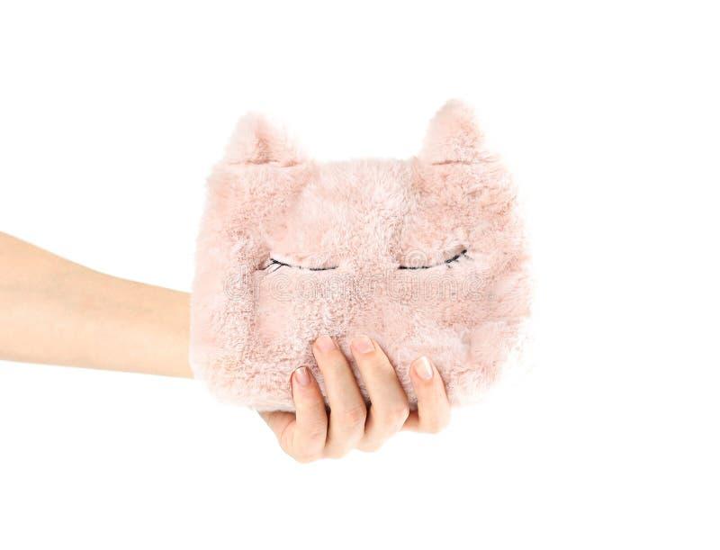 Hand, welche die kleine weiche rosa Handtasche der Frauen mit den Ohren und Abschluss hält stockfoto