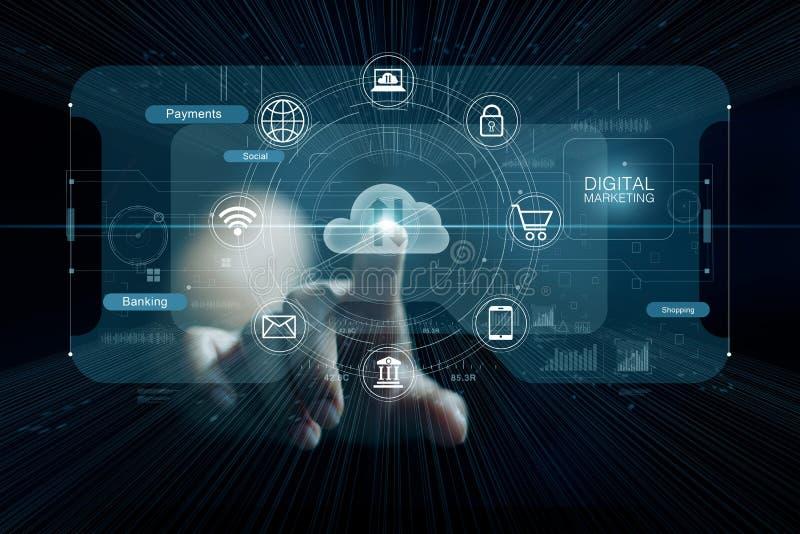 Hand, welche die Wolkendatenverarbeitung berührt Absatzkanal Digital und IkonenNetwork Connection lizenzfreies stockbild