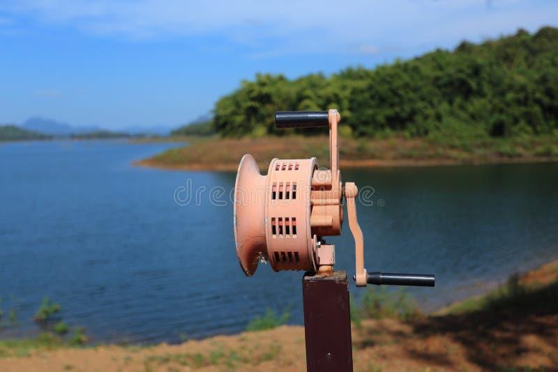 Hand In werking gestelde Sirene bij rivier stock afbeeldingen
