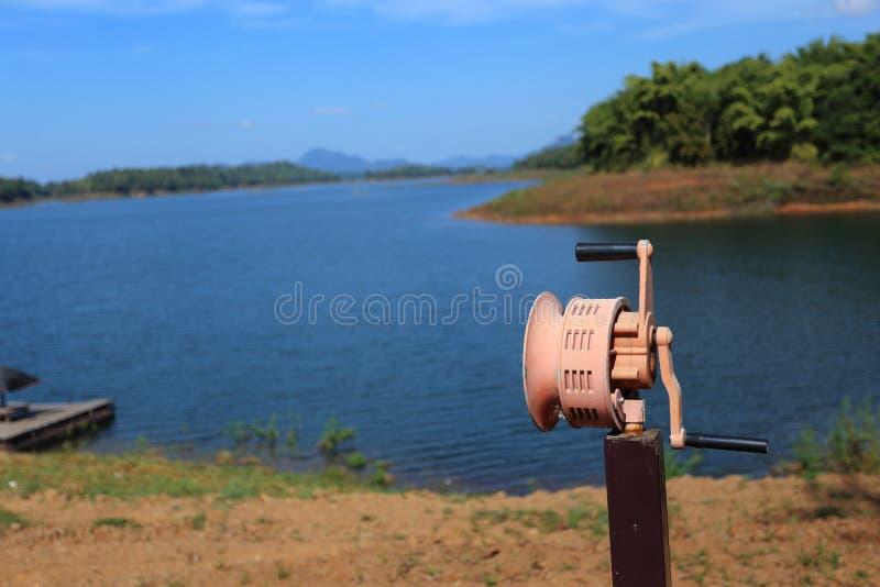 Hand In werking gestelde Sirene bij rivier royalty-vrije stock fotografie