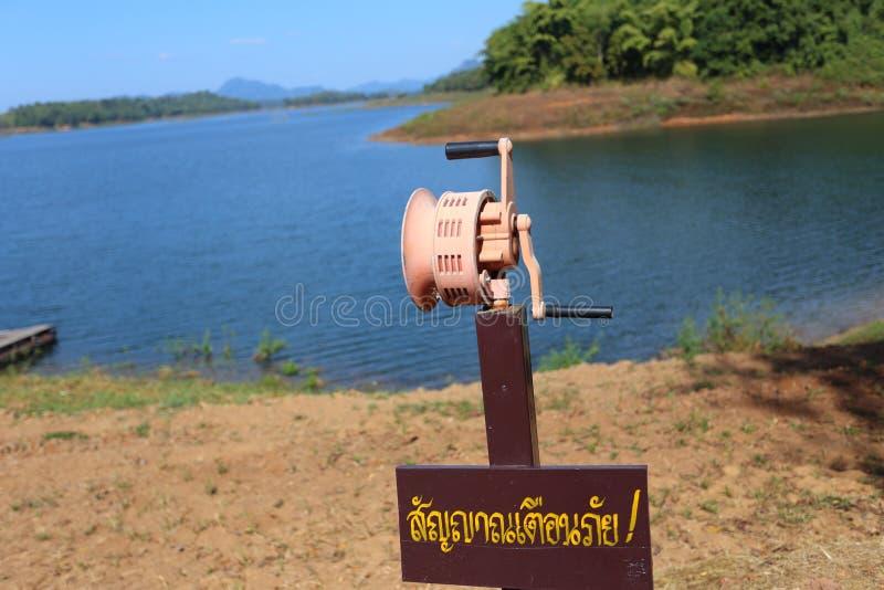 Hand In werking gestelde Sirene bij rivier royalty-vrije stock foto's