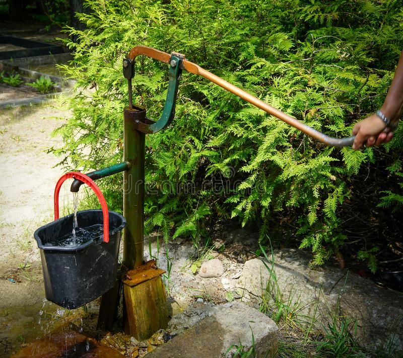 Hand in werking gestelde waterpomp stock foto