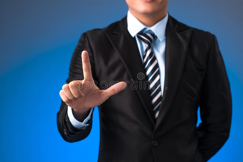 Handaffärsman som skjuter på en pekskärmmanöverenhet royaltyfria foton