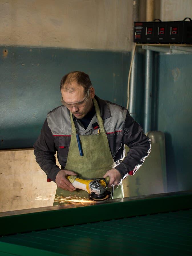 Handarbeid - mensenarbeider die het staalmechanisme op de installatie malen royalty-vrije stock foto