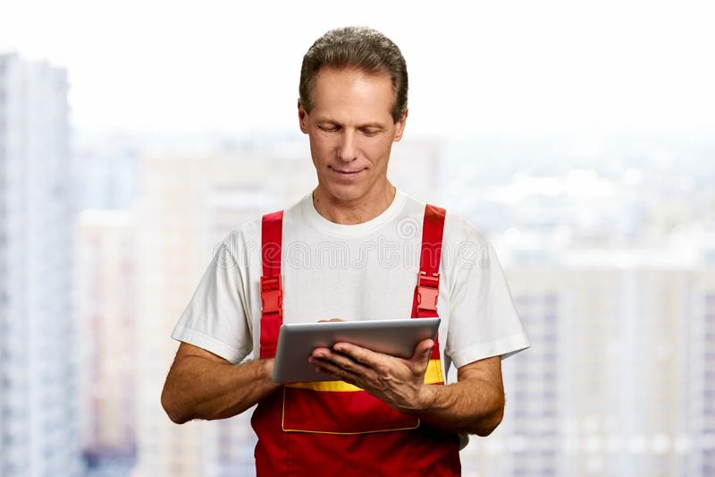 Handarbeider die digitale tablet gebruiken stock afbeelding