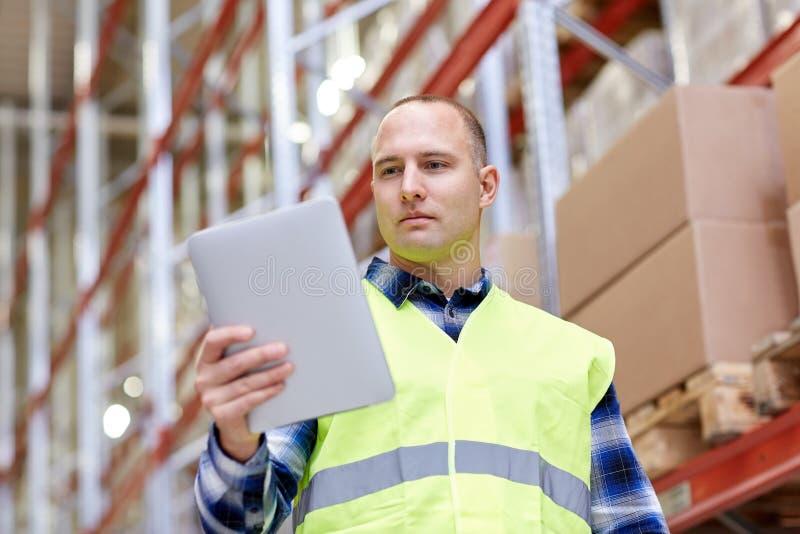 Handarbeider met tabletpc bij pakhuis royalty-vrije stock foto