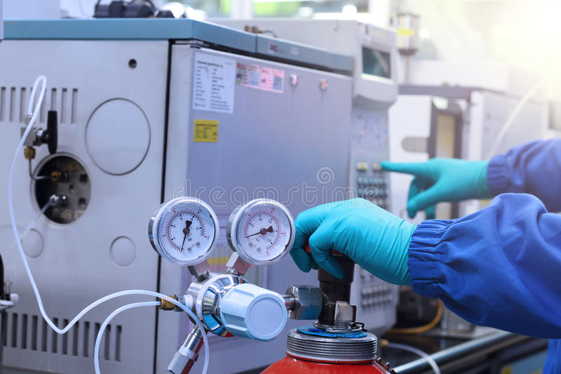 Handarbeit und -anfangsgaschromatographie-Analysator im Labor lizenzfreies stockfoto
