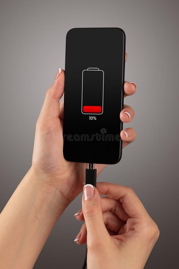 Handaufladungstelefon lizenzfreies stockbild