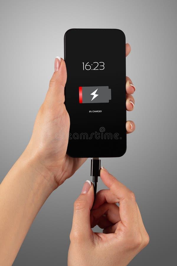 Handaufladungstelefon lizenzfreie stockbilder