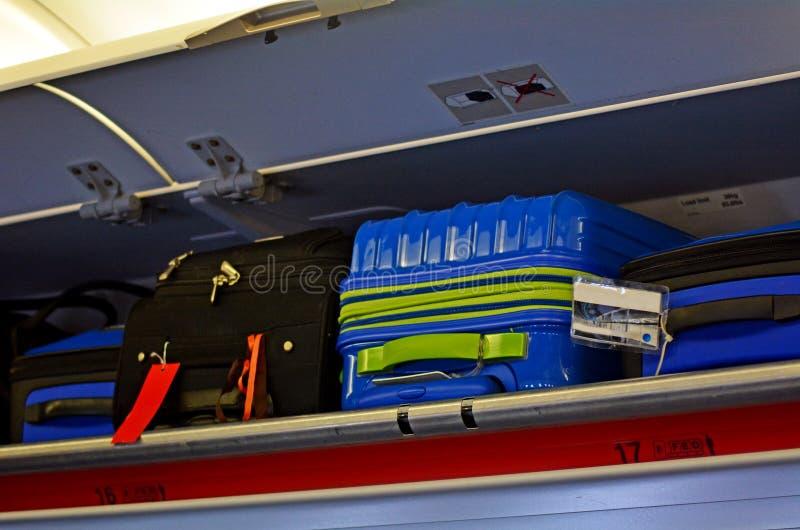 Handbagage och över huvudet bagage arkivfoton