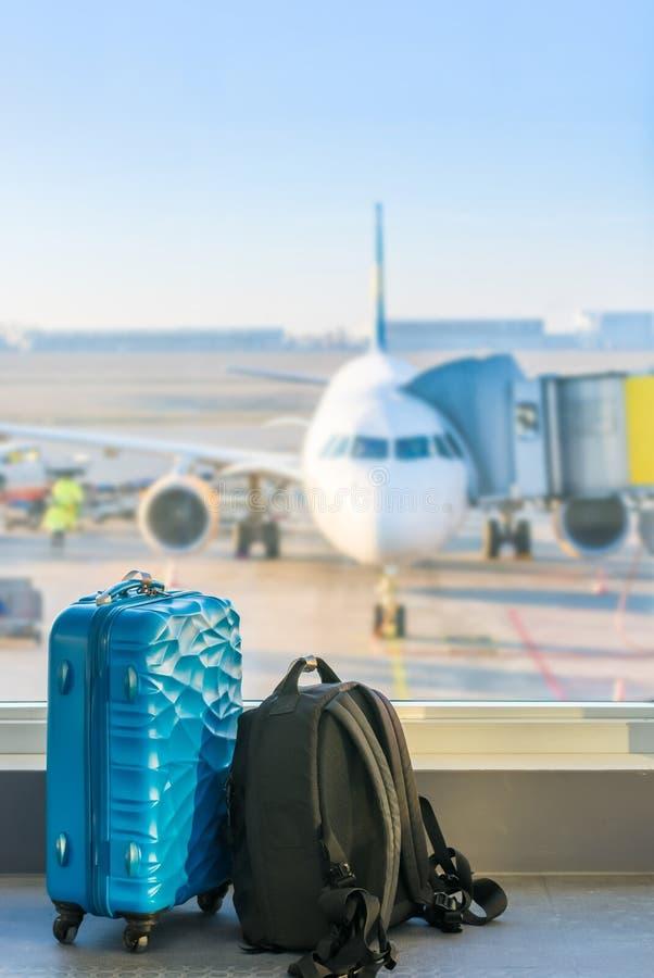 Handbagage på flygplatsen framme av en nivå arkivbilder