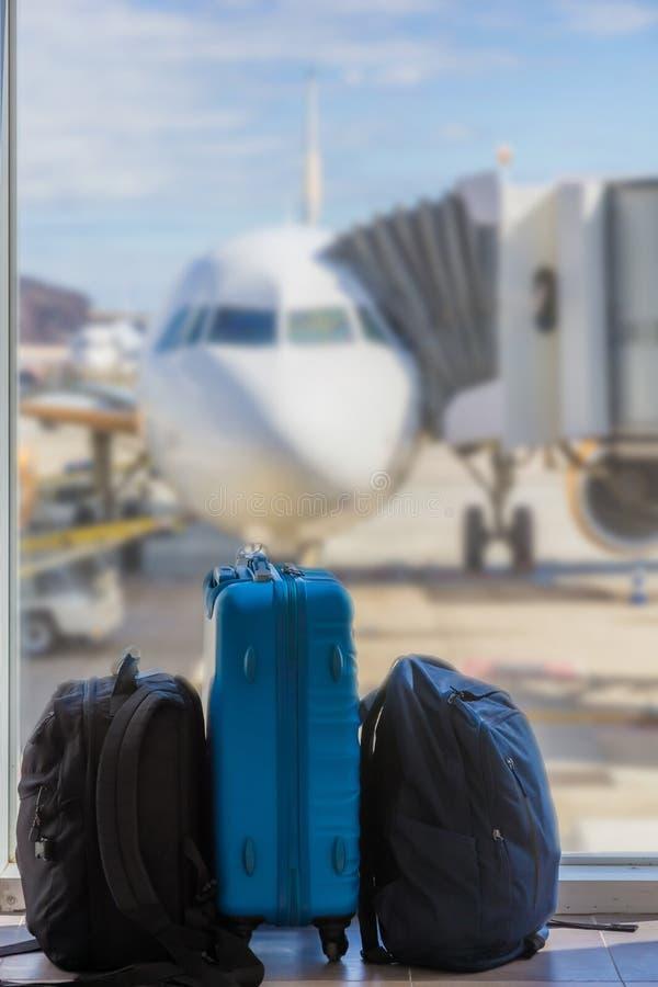 Handbagage på flygplatsen på kontrollen in royaltyfria foton