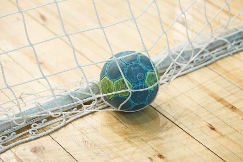 Handbal de bal in het doel royalty-vrije stock fotografie