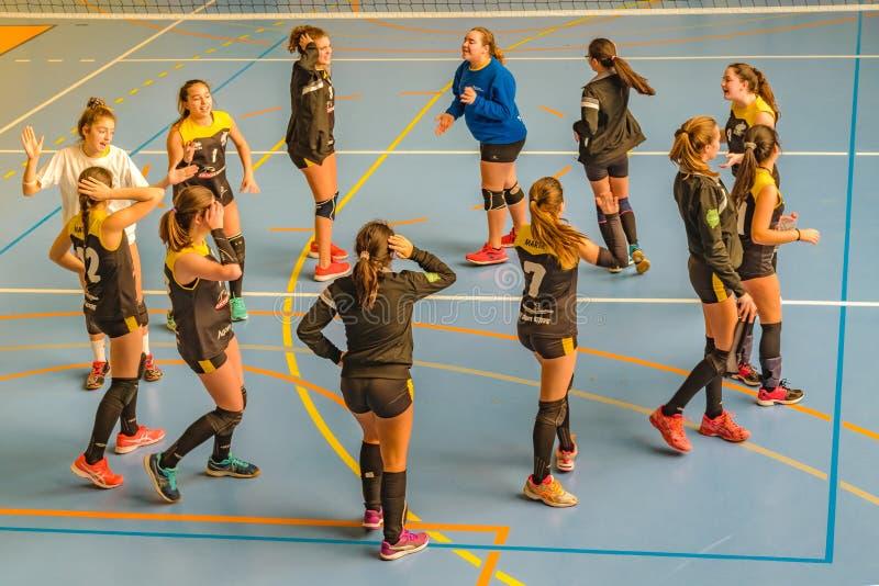 Handball dziewczyny Drużynowi nastolatkowie Tanczy przy sądem obrazy stock