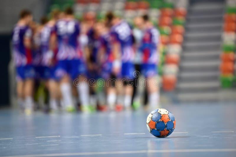 Handball piłka na parkietowym obraz stock
