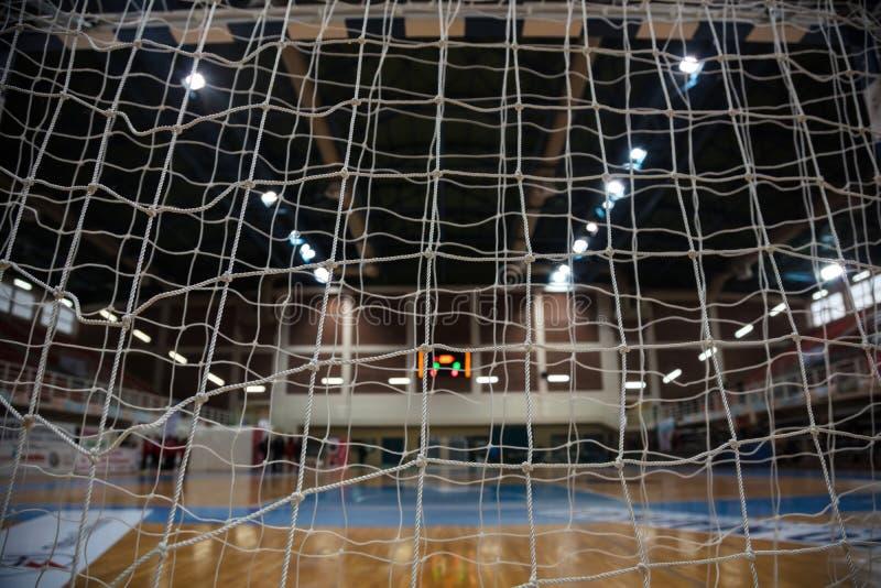 Handball pojęcie Bramkowe poczta sieci od behind widoku Zamazany sąd, atlety i elektroniczny tablicy wyników tło, obrazy stock