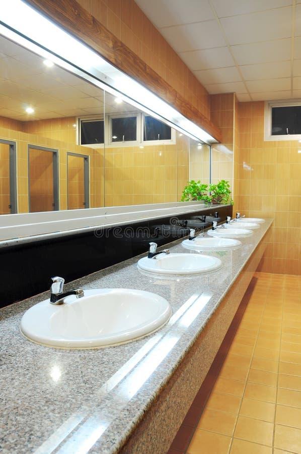 Handbasin e espelho no toalete fotos de stock