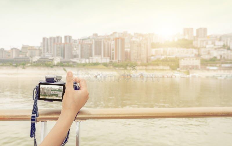 Handbediende camera om de rivier` s stad te schieten stock foto