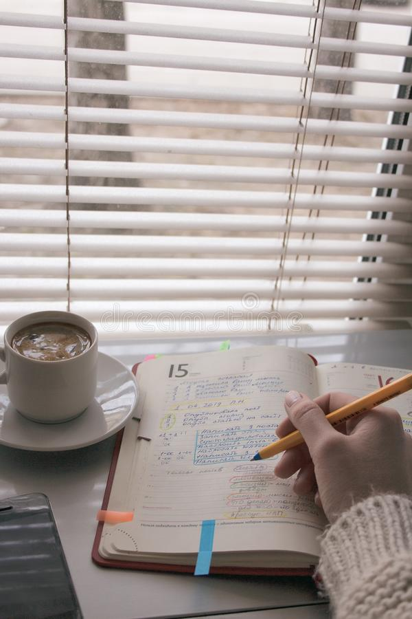 Handbeh?lter-Schreibensnotizbuch Es gibt einen Tasse Kaffee lizenzfreies stockfoto
