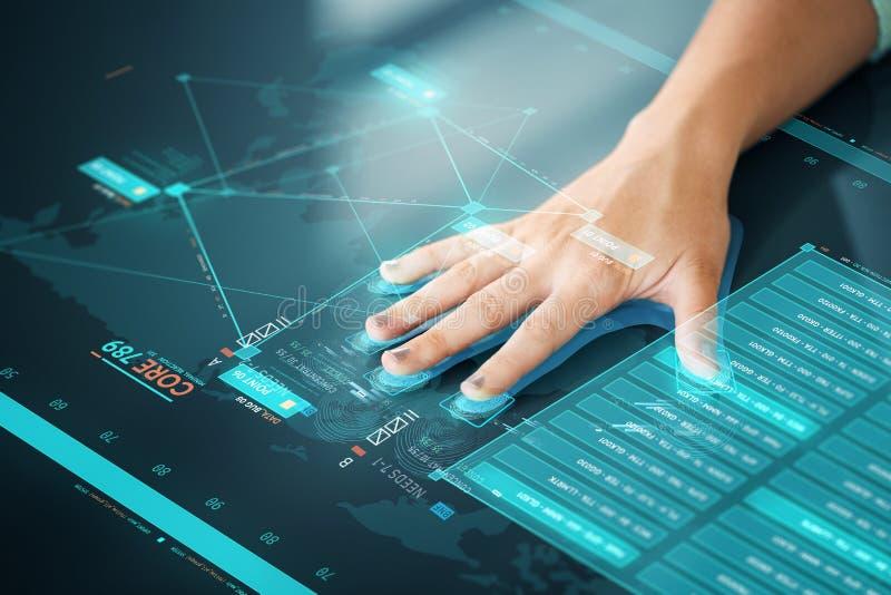 Handbildläsning på pekskärmen som avläser för datatillträde arkivbilder