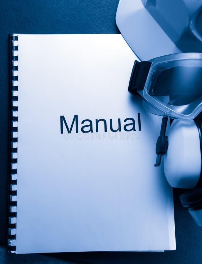 Handboek met helm stock afbeeldingen