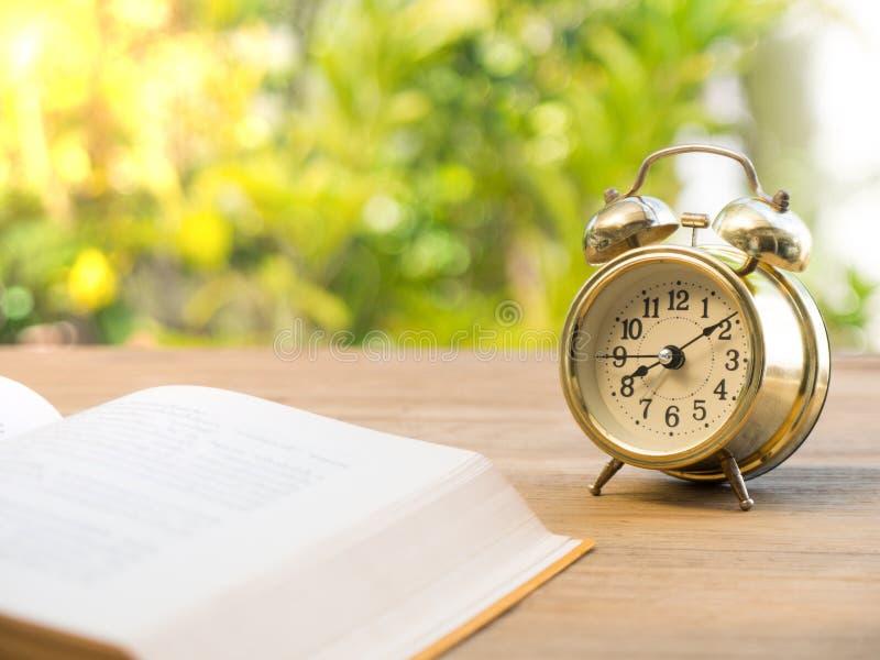 Wekker Met Licht : Handboek met uitstekende wekker op de houten lijst de achtergrond is