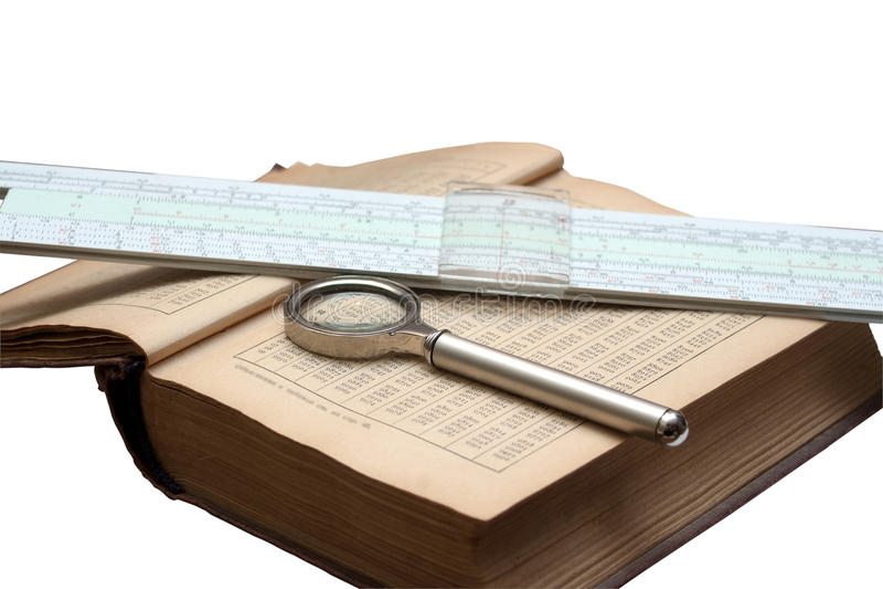 Handboek van wiskunde, vergrootglas en een rekenliniaalisola stock afbeelding