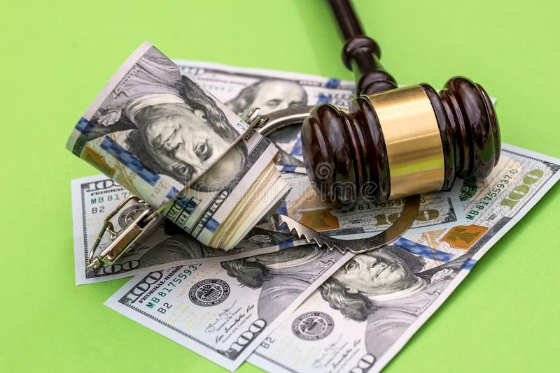 Handbojor, dollaranmärkningar och domares auktionsklubba på grön bakgrund royaltyfri fotografi