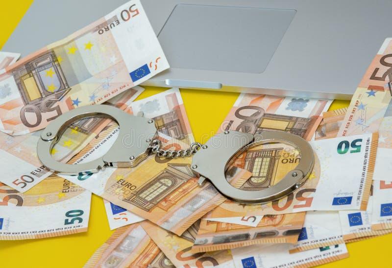 Handbojor med pengar på bärbar datortangentbordet arkivfoton