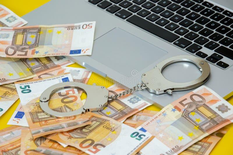 Handbojor med pengar på bärbar datortangentbordet royaltyfri fotografi