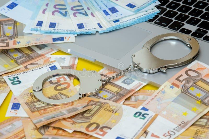 Handbojor med pengar på bärbar datortangentbordet fotografering för bildbyråer