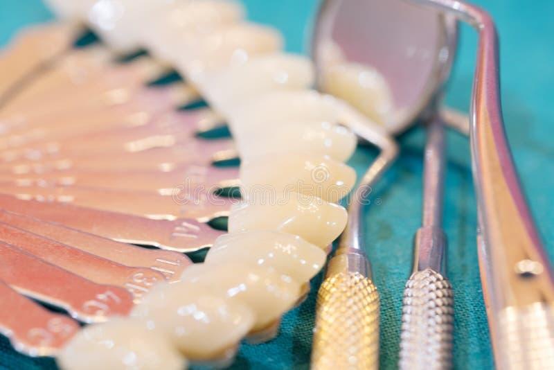 Handbok för tandfärgskugga arkivfoto