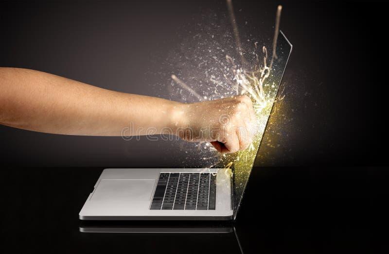 Handboxender Laptopschirm stockbilder