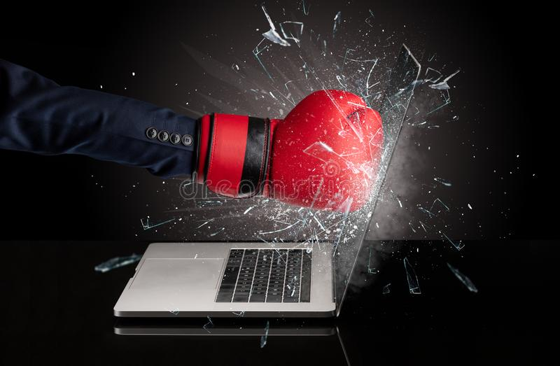 Handboxender Laptopschirm stockfotos
