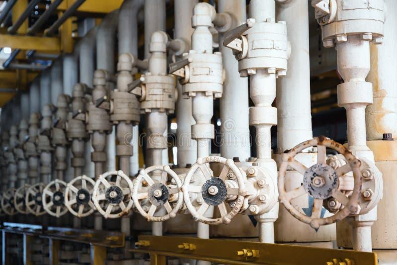 Handbuch betreiben Kugelventil an den Offshore- Öl- und Gaszentrale-proces lizenzfreie stockfotografie