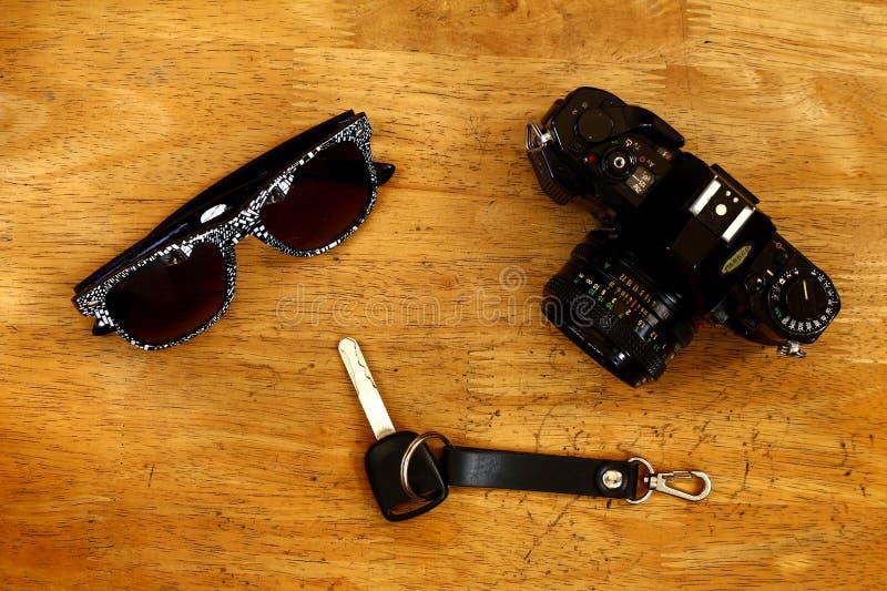 Handcamera, autosleutel en zonnebril stock foto's