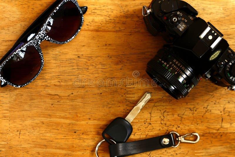 Handcamera, autosleutel en zonnebril stock afbeeldingen