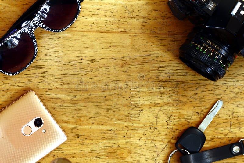 Handcamera, autosleutel, smartphone en zonnebril royalty-vrije stock foto's