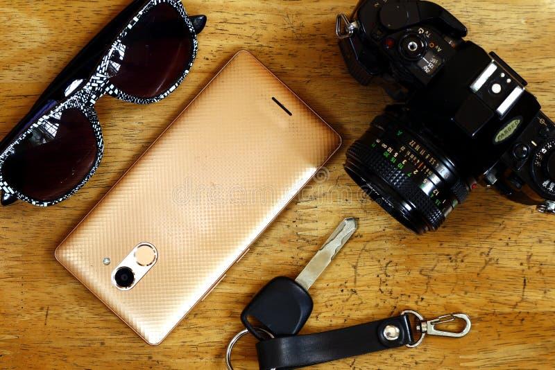 Handcamera, autosleutel, smartphone en zonnebril royalty-vrije stock afbeeldingen