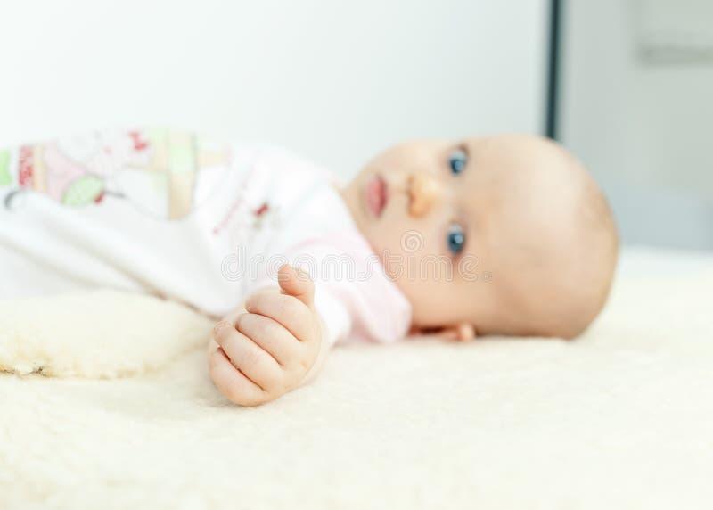Handcloseupen av ett mycket litet behandla som ett barn royaltyfri foto