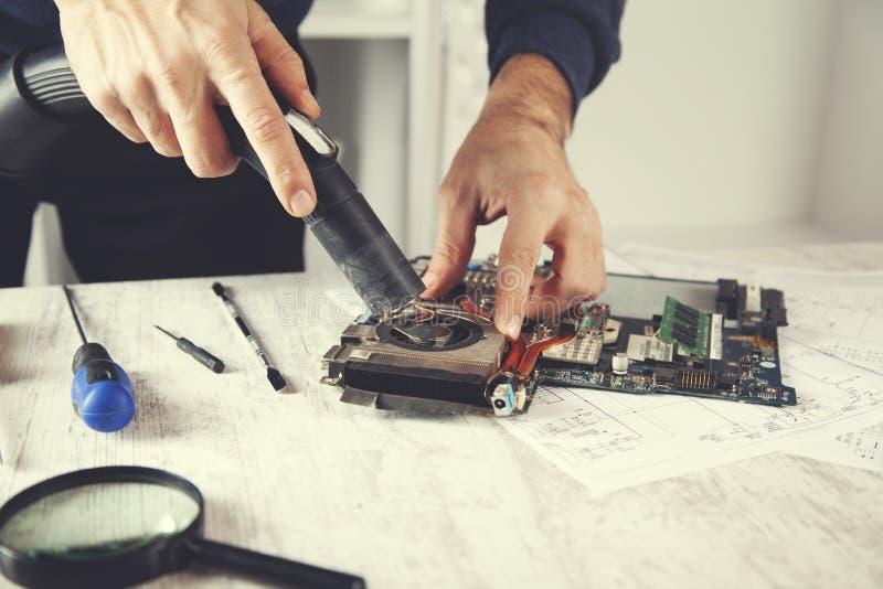 Handcomputerprozessor mit einem Staubsauger stockfotos