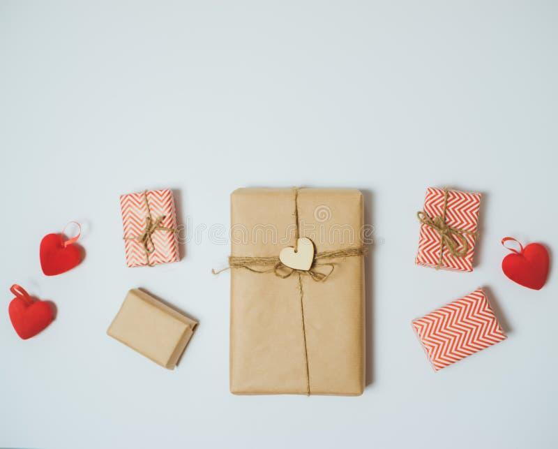 Handcraft gåvaaskar med röd hjärta på en vit tabell Top beskådar arkivbilder