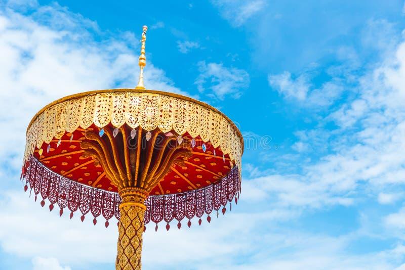 Handcraft härliga traditionella för guld- stil för paraply thailändsk tempelgarnering arkivbilder