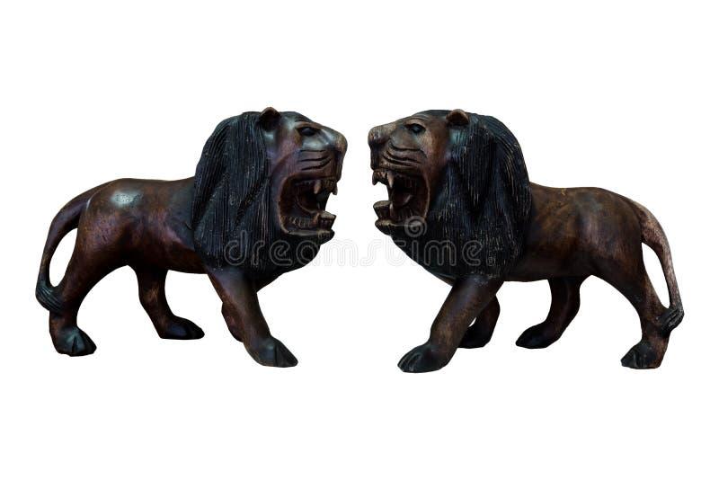 Handcraft le lion en bois d'isolement photos stock